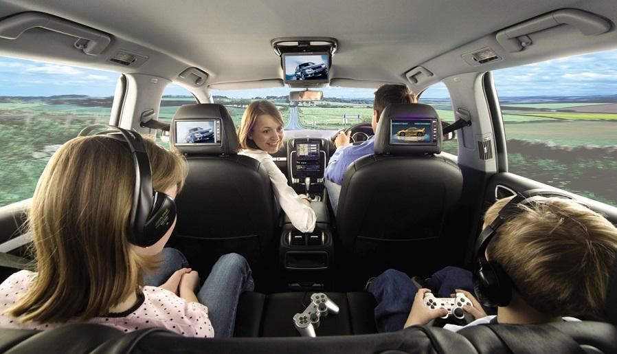 Família viajando de carro na Cidade do Panamá
